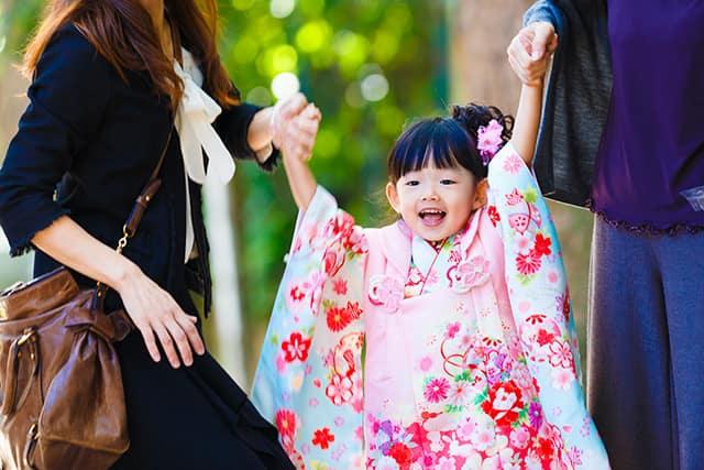 e94a2caf12f85 子供の衣装が和装であるなら、ママは着物、スーツ、ワンピースの3択です。パパも同様に着物、フォーマルスーツ、ビジネススーツの3択ですが、パパの着物選択はかなり  ...