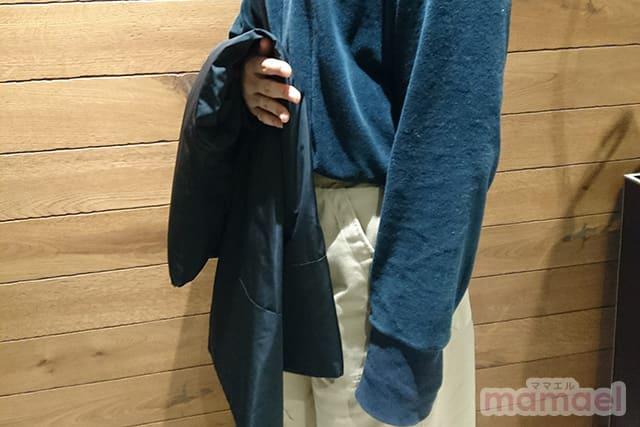折りたたんで腕にかけても、ちょっとしたジャケットくらいの大きさ